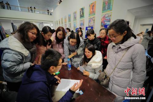 资料图:天津市第四届女大学生专场招聘会在天津大学举行。<a target='_blank' href='http://www.chinanews.com/'>中新社</a>记者 佟郁 摄
