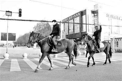 两男子闹市街头骑马 如此做法合法吗?